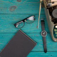 Fazekas Zsot íróasztala régi írógéppel és személyes tárgyaival