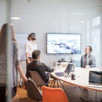 A cégvezetés egyik legfontosabb kérdése, hogyan érhető el, hogy az emberek azonosulni tudjanak a jövőre vonatkozó tervekkel, folyamatokkal, feladatokkal.