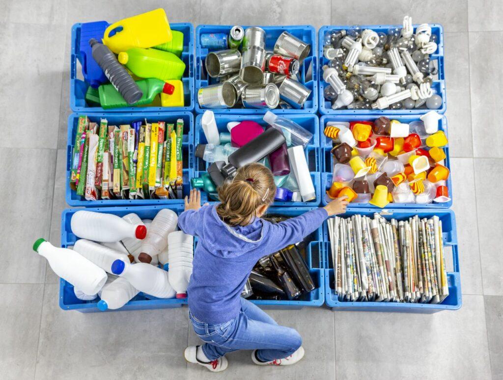 Hamarosan tilos lesz forgalomba hozni olyan egyszer használatos műanyag termékeket, amelyeket ki lehet váltani más, könnyen beszerezhető és megfizethető termékekkel. Ilyenek például az evőeszközök, a tányérok és a szívószálak.